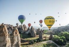 färgrika ballonger för varm luft som flyger i himmel ovanför majestätiskt, vaggar bildande i den berömda cappadociaen, kalkon Ð'Â royaltyfri bild