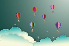 Färgrika ballonger för varm luft som svävar på himlen, pappers- konststil Royaltyfri Fotografi