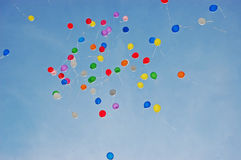 Färgrika ballonger i flykten Royaltyfria Bilder