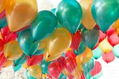 Färgrika ballonger med det lyckliga berömpartiet Royaltyfri Foto