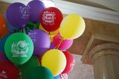 Färgrika ballonger med inskrifter om skolan arkivfoton