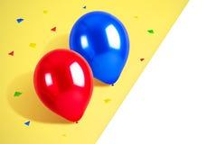 Färgrika ballonger med konfettier och vit utrymmebakgrund tomma exponeringsglas för champagnedekorgarnering över white för deltag royaltyfri foto