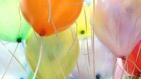 Färgrika ballonger med lycklig berömpartibakgrund stock video