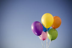 Färgrika ballonger mot himmel royaltyfri bild