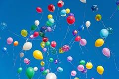 Färgrika ballonger på bakgrund för blå sky Royaltyfri Bild