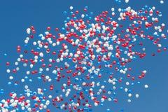 Färgrika ballonger på bakgrunden för blå himmel Royaltyfri Foto