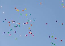 Färgrika ballonger på himmel Arkivbilder