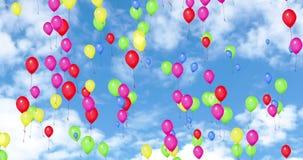 Färgrika ballonger som flyger i den blåa himlen med vita moln, färgar rött, gulnar, gör grön, rosa färger, blått, festar festlig  lager videofilmer