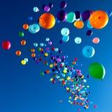 Färgrika ballonger som flyger i himmelpartiet Royaltyfri Fotografi