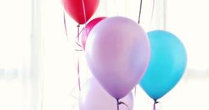 Färgrika ballonger stiger upp vit bakgrund stock video