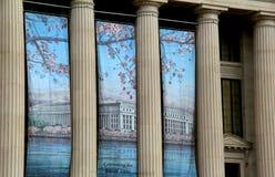 Färgrika baner välkomnar Cherry Blossom Festival som hänger från kolonner, byrå av gravyr och printing, Washington, DC, 2015 arkivfoton