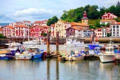 Färgrika basquehus i port av Saint-Jean-De Luz, Frankrike arkivbild