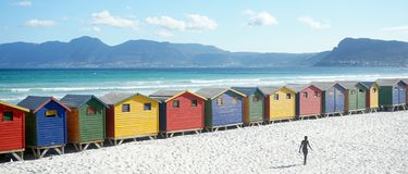 Färgrika beachhouses, Sydafrika Cape Town royaltyfri fotografi