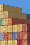 färgrika behållare för last arkivbild