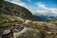 Färgrika bergplatser i Norge Härligt landskap av Norge, Skandinavien Norge berglandskap Royaltyfria Foton