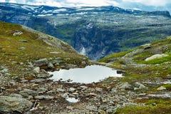 Färgrika bergplatser i Norge Härligt landskap av Norge, Skandinavien Norge berglandskap Arkivbild