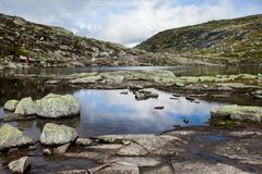 Färgrika bergplatser i Norge Härligt landskap av Norge, Skandinavien Norge berglandskap Royaltyfri Fotografi
