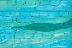 Färgrika blått och turkos målad tegelstenvägg royaltyfria bilder