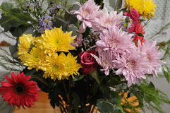 färgrika blommor för bukett royaltyfria bilder
