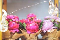 färgrika blommor för korg arkivfoto