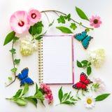 Färgrika blommor och hemlagade fjärilskakor, blom- composit Arkivbilder