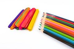 Färgrika blyertspennafärgpennor över en vit bakgrund Royaltyfria Bilder