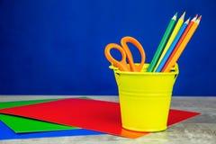 Färgrika blyertspennor, brevpapper på träskrivbordet arkivfoto