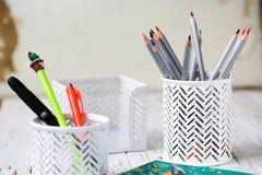 Färgrika blyertspennor för att dra Blyertspennor för konst Royaltyfri Fotografi