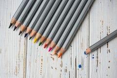 Färgrika blyertspennor för att dra Blyertspennor för konst Royaltyfri Foto