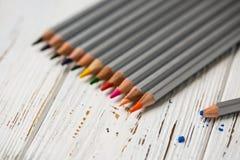 Färgrika blyertspennor för att dra Blyertspennor för konst Royaltyfria Bilder