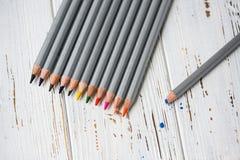 Färgrika blyertspennor för att dra Blyertspennor för konst Arkivfoto