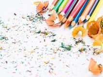 Färgrika blyertspennor för mjuk fokus med färgrika blyertspennashavings arkivfoton