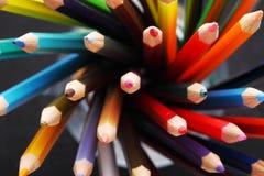 Färgrika blyertspennor i en blyertspennaask royaltyfria bilder