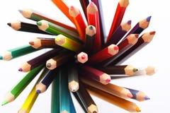 Färgrika blyertspennor i en blyertspennaask på en vit bakgrund royaltyfri bild