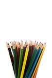 Färgrika blyertspennor i en blyertspennaask på en vit bakgrund royaltyfria bilder
