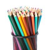 Färgrika blyertspennor i en svart korg Royaltyfri Bild