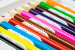 Färgrika blyertspennor i linje SchoolColorful blyertspennor i linje Skola som lär brevpapper som lär brevpapper Royaltyfri Foto