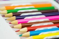 Färgrika blyertspennor i linje SchoolColorful blyertspennor i linje Skola som lär brevpapper som lär brevpapper Royaltyfria Foton