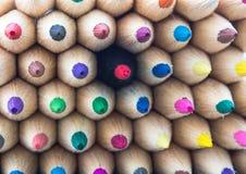 Färgrika blyertspennor makro, egenart som står ut från croen Royaltyfri Bild