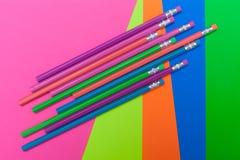Färgrika blyertspennor och affischen stiger ombord för tillbaka till skolan royaltyfri bild