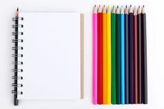 Färgrika blyertspennor och notepad Royaltyfria Bilder
