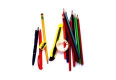 Färgrika blyertspennor och skolatillförsel på vit bakgrund arkivfoton