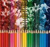 färgrika blyertspennor på blommabakgrundsnärbild fotografering för bildbyråer