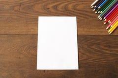 Färgrika blyertspennor på den bruna trätabellbakgrunden Ram av kulöra blyertspennor över trä med fritt utrymme för text Royaltyfri Fotografi
