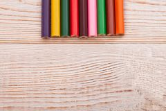 Färgrika blyertspennor på vit träbakgrund Begrepp för bästa sikt och utbildnings Kopieringsutrymme och åtlöje upp Royaltyfri Fotografi