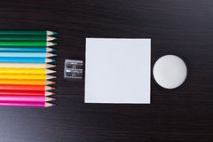 Färgrika blyertspennor, sharpener, gummi royaltyfri bild
