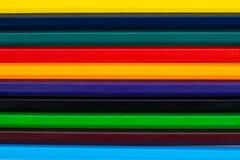 Färgrika blyertspennor som en bakgrund arkivbild