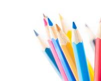 Färgrika blyertspennor som isoleras med utrymme för text Arkivfoton