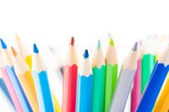 Färgrika blyertspennor som isoleras med utrymme för text, tid till skolan Royaltyfria Bilder