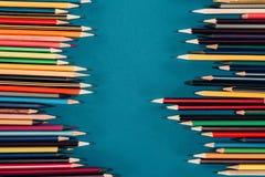 Färgrika blyertspennor som isoleras på blå bakgrund Royaltyfri Fotografi